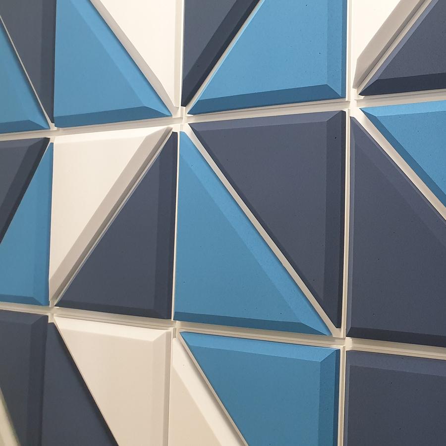 Paneles acusticos azules en pared