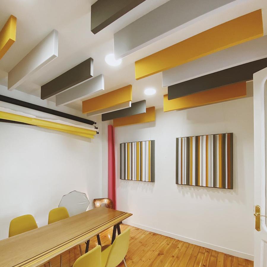 Baffles de colores suspendidos en el techo