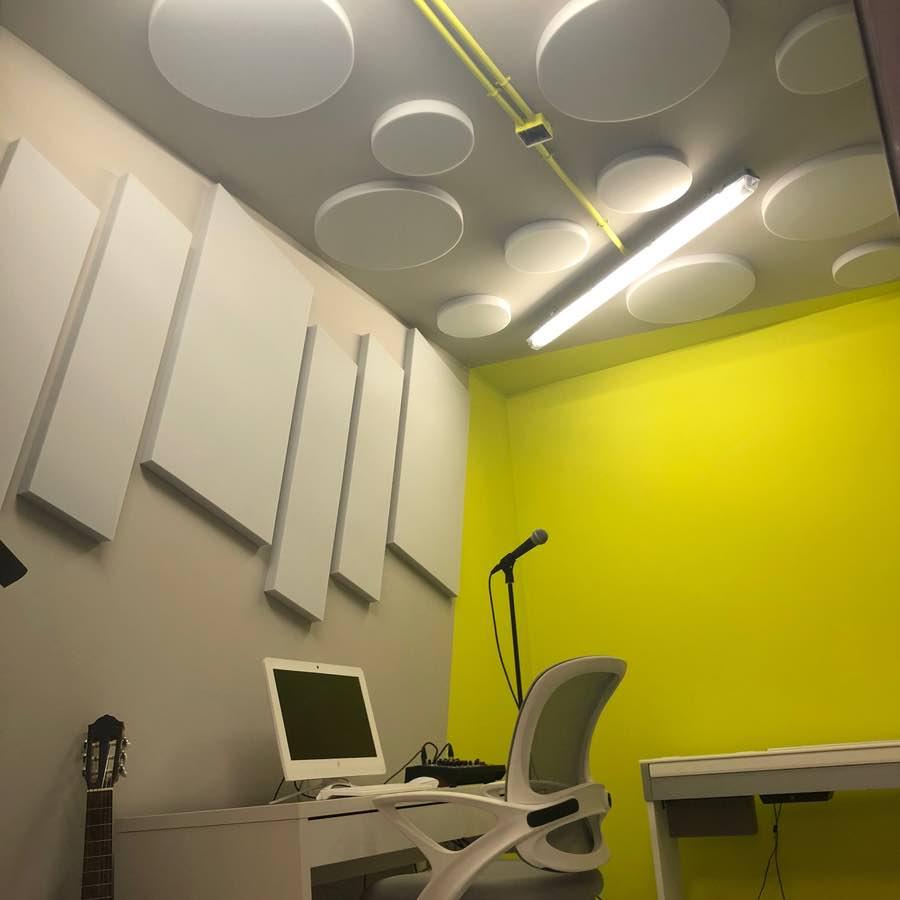 paneles acústicos para disminuir la reverberación en estudio de grabación