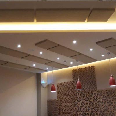 paneles tintados para absorber el sonido de un hotel